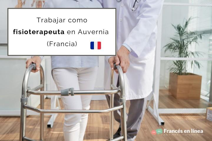 Un fisioterapeuta ayuda a su paciente a andar con el andador