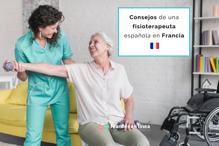 Una fisioterapeuta estira el brazo de su paciente mientras las dos se sonríen